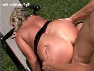 Секс мамаши, большие сиськи которой, в руках молодого