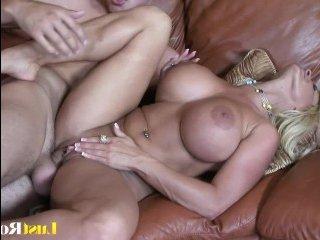 Большая грудь зрелой дамы прыгает во время секса