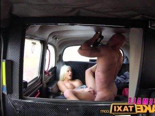 Большие голые сиськи таксистки эротично скачут во время ебли с клиентом