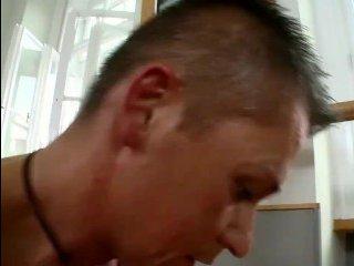 Большие сексуальные сиськи гимнастки возбудили парня на секс