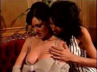 Две лесбиянки сосут большие сиськи друг у дружки и трахаются со страпоном
