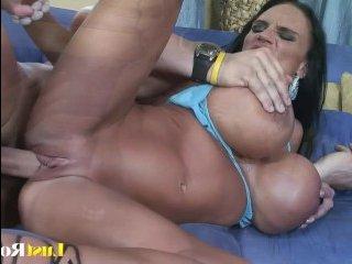 Женщины с огромной грудью любят сосать и трахаться
