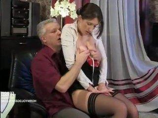 Мужик щупает большие русские титьки горничной и ебет ее в пизду