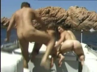 Опытный мужик ебет двух лесбиянок в море на катере