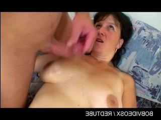 женщина с большой грудью раздвинула ноги перед любовником