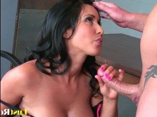 Страстный секс с мамой с большими сиськами без гондона
