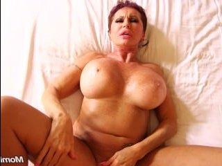 Зрелая русская с большой грудью кончает во время ебли с мужиком