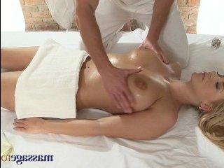 Молоднькую блондинку с большими сиськами ебут в массажном салоне:видео