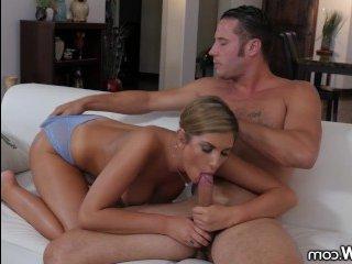 Порно минет: большие сиськи красотки скользят по члену