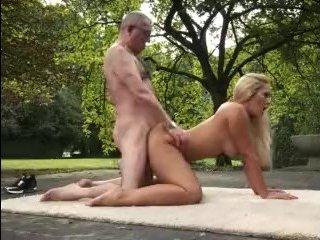 молодые с большой натуральной грудью девки ублажают стариков еблей
