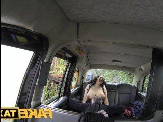 В порно огромные сиськи мамки болтаются во время ебли в машине