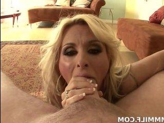 Белокурая женщина с большими сиськами: видео, в котором парень её отжарил во все её дыры