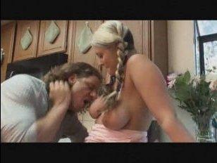 Девушка с висячей грудью занимается анальным сексом на кухне