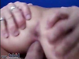 Мужчина ласкает и целует самые большие титьки, которые он видел