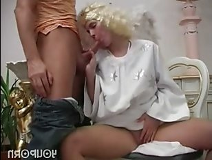 Нарядившаяся в ангела девушка оголила свои супер огромные сиськи
