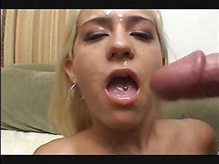 Белокурая порно актриса с огромными сиськами умело даёт в попу