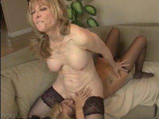 Две мамочки лесбиянки: большие сиськи скачут от страпона