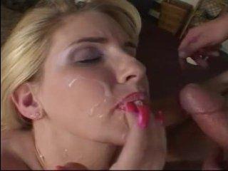 Блондинка трахается в попу и трясутся ее большие сиськи