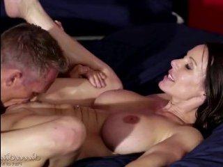 Большие сиськи зрелых милф заводят на бурный секс