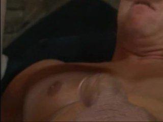 Малышка с большой грудью неистово сосет член мужику