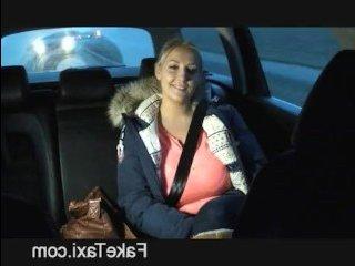 Минет и трах в машине блондинки с большими сиськами