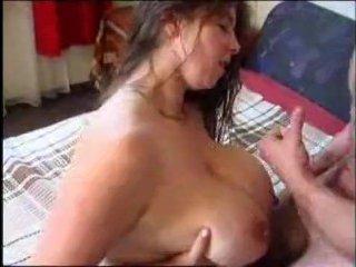 Русская баба с большими сиськами поебалась с полицейским