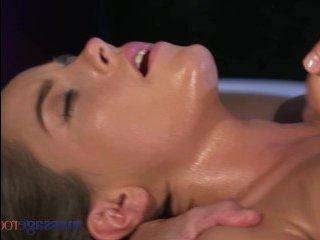 Натуральные сиськи молоденьких девушек возбуждают массажиста на трах